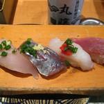 地魚回転寿司 丸藤 - 地魚握り(左から、さわら・あじ・あいなめ・わらさ)