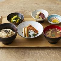 ブラウンライス - 豆腐料理を主菜に、副菜には極上の昆布出汁で煮た根菜、ミネラル豊富な海藻や青菜はさっぱりとした味つけで。「一汁三菜」