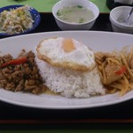 タイコウ - ・鶏肉バジル炒め&鶏肉レッドカレー2品盛合せ 880円