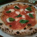 アイリッシュパブ グリーンシープ - トマトと水牛モッツァレラチーズのピザ