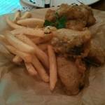 アイリッシュパブ グリーンシープ - 鮭と鱈のフィッシュ&チップス