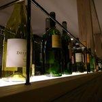 サンマルクパスタ - ワインの空き瓶のディスプレイ。
