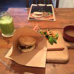 Rice Burger Cafe Temp - 厚卵ライスバーガープレート+パイナップルスムージーセット(1,100円)