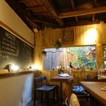 cafe12 - ☆奥のテーブル席からは小さなお庭が\(^o^)/☆