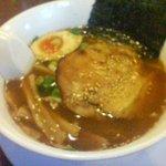 炭炙りチャーシュー まる麺 - ラーメン 醤油 こく (630円)。