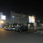スシロー  - 駐車場越しに見えているのは、クラウンパレス北九州