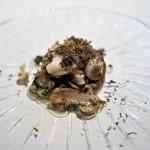ウシマル - カエルのブルゴーニュ風 千葉産トリュフ(イボセイヨウショウロ)の香り 紫しめじ添え
