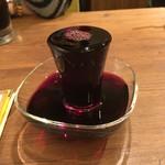CONA - こぼれワイン(赤)600円。常温・クセがなく飲みやすい