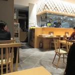 博多やりうどん別邸 - お店は以前と同じ3階のフロアーなんですが場所を移動されやや細長く、広さは大きくなってリニューアルです。