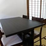 蕎麦・酒 青海波 - テーブル席と畳のコンビネーション