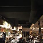 ティーヌン - 地下1階で賑わう店内