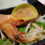 東天閣 - 前菜は蒸し海老、クラゲ、チャーシュー、サラダ
