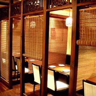 モダンエスニックな空間、テーブルのお席はすべて半個室に