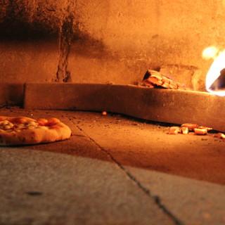 イタリア製の石窯で焼き上げたこだわりのピッツァ