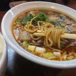 60349709 - 炙り肉の濃口醤油ラーメンは太麺のストレート