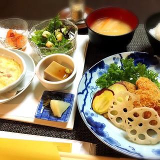 地元奈良の食材をふんだんに使った、季節感ある料理を提供