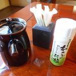 丁子屋 - 卓上のわさび塩をかけて味変もアリ
