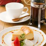 トライシクルカフェ - ホットコーヒーはフレンチプレスでご提供します
