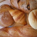パン工房 陽だまり - 料理写真:フランスパンやカンパーニュなどのハード系のパンや、クロワッサンなどのデニッシュ系、メロンパンなどの菓子パンや惣菜パンも並んでいます。