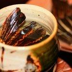 おかん - 国産とらふぐ【ひれ酒】。熱燗にこんがりあぶったとらふぐのヒレを入れ、じっくりと飲む【ひれ酒】は、えもいわれぬ香ばしい味わいがたまりません。  寒い夜に、ふぐひれでいつもの日本酒がグッと美味しくなります