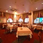 伊藤グリル - 広々とした店内。古き佳き神戸の雰囲気を大切にしています。