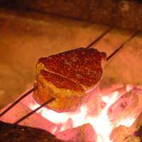 伊藤グリル - 神戸元町の老舗洋食屋「伊藤グリル」の伝統、炭火焼きステーキ。