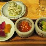 日本酒 室 - オドロキのメニュー「ブドウのぬた」 と三種盛り