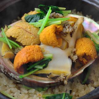 一番人気!料理長特製・天然鮑と雲丹の土鍋御飯