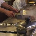 グルメ風月 - カウンター席の目の前の鉄板で調理
