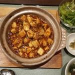 侑久上海 - 鍋焼き麻婆丼 800円 スープやサラダのセットも嬉しい!