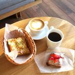 ひぐらしベーカリー - 2階のソファー席でイートイン♫ クロックムッシュ¥260、いちごデニッシュ¥300(外税) ホットコーヒー¥300、ホットカフェラテ¥300(内税)