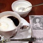 菊竹珈琲堂 - 蜂蜜トーストセット(¥810)のブレンドコーヒー。ホイップクリームは植物性だと思います。