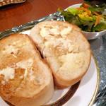 菊竹珈琲堂 - 蜂蜜トーストセット¥810。たっぷり塗られているのはバターではなくマーガリン。パンは多分唐人ベーカリーのものかな?昔懐かしい感じのお味です。
