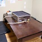 かき小屋フィーバー@BLUE JAWS 名古屋烏森店 - 鉄板焼きがセットされたテーブル席