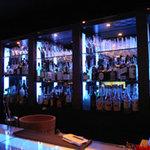 アンサー - バーカウンターにはさまざまなお酒がカクテル、ウィスキーから焼酎など、探偵を目の前に、青く輝いたカウンターで本格的なお酒を舌鼓・・・