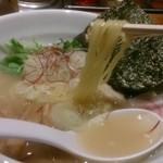 eiTo 8 - 鶏塩ラーメンの麺