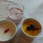 60404471 - シェフのおすすめデザート(イチゴとタピオカのムース)杏仁豆腐マンゴープリン