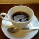 あんCafe - ドリンク写真:植物のシルエットが映える珈琲