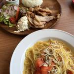 関内ビアホール トマト酒場 - 奥は連れの母ちゃんのプレート。パスタはトマトとしらす。うまっ!