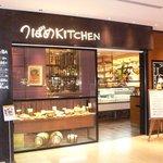 つばめKITCHEN 丸の内オアゾ店 - お店の入口です。 つばめKITCHENと白地で書かれていますね。 落ち着いた感じの洒落たお店です。