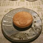 浪速割烹 喜川 - 最中、中身は胡麻豆腐