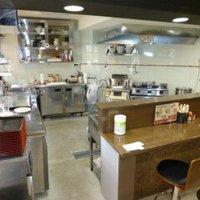 麺ヒーロー - 安全安心なお料理を提供するため、厨房はオープンスペースにしました。