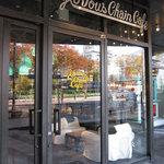 グロリアス チェーン カフェ - カフェ入口前