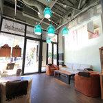 グロリアス チェーン カフェ - 入口付近の左右にソファー席