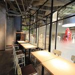 グロリアス チェーン カフェ - カウンター前の席