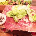 ワインの酒場。ディプント - イタリア産&スペイン産生ハムとサラミのてんこ盛り(サラダ付き