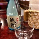 はん亭 - 日本酒は純米吟醸の冷酒と純米酒の熱燗があります。写真は誠鏡の冷酒(1,200円)。こんなに飲めるはずもなく、半分以上は残しちゃいましたね( ´∀`)。