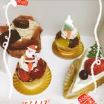 アマンゼ・ドゥース - 料理写真:奥左から焼き栗モンブラン、栗のタルトレット、イチゴのショートケーキ、イチゴのタルト♪
