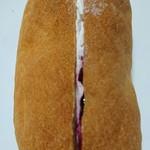 JAンビニANN・AN - ブルーベリー&クリームのコッペパン110円