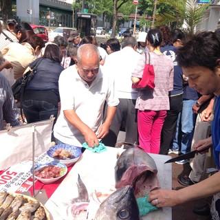 店頭で行われる、新鮮な魚が安く買える「日曜朝市」が人気!